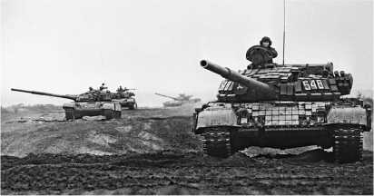 Учения в одной из частей Белорусского военного округа. Головная машина — Т-72Б. Сентябрь 1990 года.