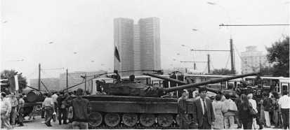 Баррикада из троллейбусов и танков на Калининском мосту, рядом с гостиницей «Украина». На переднем плане — Т-72А поздних выпусков, сзади-справа — Т-72Б. Москва, 21 августа 1991 года.