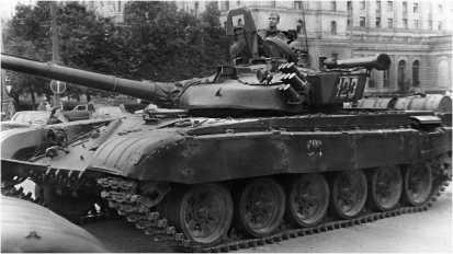 Танк Т-72Б Таманской дивизии у гостиницы «Украина» 21 августа 1991 года. Эти танки в западной печати именовались «Супер Долли Партой» — выпуклые скулы лобовой части башни, видимо, напоминали натовским генералам прелести пышногрудой американской актрисы.