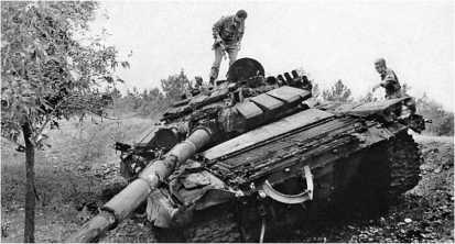 Азербайджанский танк Т-72Б со встроенной динамической защитой, подбитый армянской артиллерией в Мардакертском районе. НагорныйКарабах, 18 августа 1992 года.