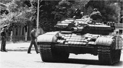 У КПП 201-й мотострелковой дивизии. Танк Т-72АВ, оборудованный навесной динамической защитой в ходе капитального ремонта. Душанбе, 9 мая 1992 года.