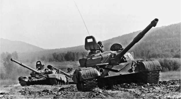 Выпущенные во второй половине 1970-х годов танки Т-72 продолжали эксплуатироваться и спустя 20 лет. На снимке: танковый взвод на учебном полигоне. На переднем плане — Т-72. Забайкальский военный округ, август 1995 года.