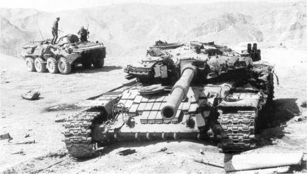 Подбитый танк Т-72АВ 201-й мотострелковой дивизии в районе 12-й погранзаставы Московского погранотряда. Таджикистан, август 1994 года.