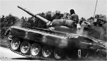 Танк М84 Югославской народной армии (ЮНА) спешит на помощь своей пехоте. Словения, июнь 1991 года.