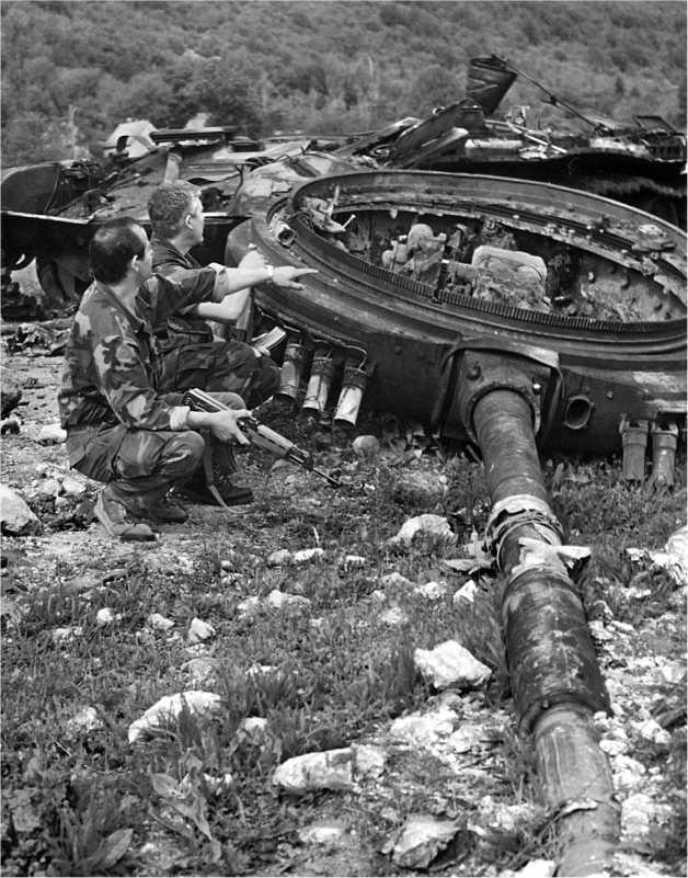 В ходе гражданской войны в Югославии было подбито немало танков М84, имевшихся главным образом в распоряжении частей ЮНА. Характерная деталь — башня, сорванная с погона взрывом боекомплекта.