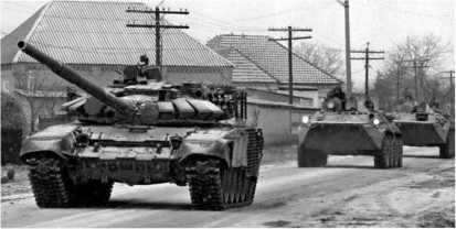 Танк Т-72Б со встроенной динамической защитой возглавляет колонну бронетехники на дороге в Чечне. 1996 год.