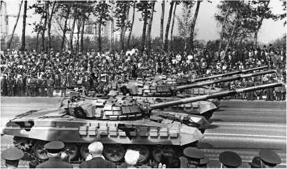 В парадном строю. Танки Т-72С проходят по Кутузовскому проспекту. Москва, 9 мая 1995 года.