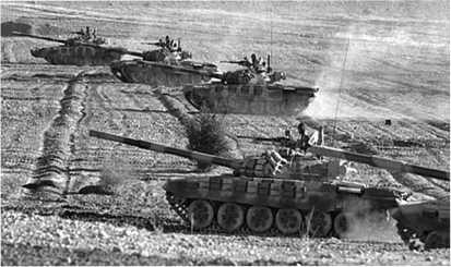 Танки Т-72С вооруженных сил Ирана на учебном поле.