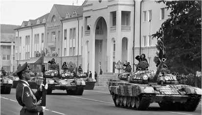 Танки Т-72Б на параде в Степанакерте. Нагорный Карабах, 2006 год.