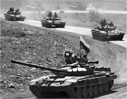 Колонна танков Т-72БМ, А и Б на дороге в Южной Осетии. Август 2008 года.