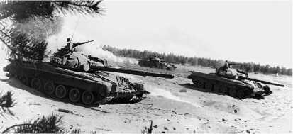 Танки Т-80Б во время учебной атаки. Ленинградский военный округ, 1989 год.