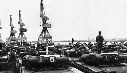 Последние часы на немецкой земле. Т-80БВ в ожидании погрузки в порту г. Ростока. Январь 1991 года.
