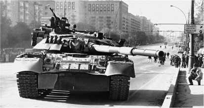 Танк Т-80УД на Кутузовском проспекте. Москва, 4 октября 1993 года.
