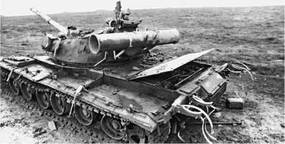 Подбитый российский танк Т-80Б. Окрестности пос. Толстой-Юрт, январь 1995 года.