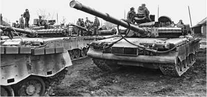 Из Чечни к месту постоянной дислокации возвращается первый эшелон с личным составом и боевой техникой (танки Т-80БВ) 81-го гвардейского мотострелкового полка. Апрель 1995 года.