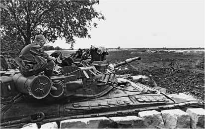Танк Т-80БВ на блок-посту на въезде в Грозный. Июнь 1995 года.