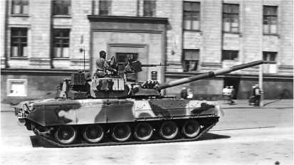 Танк Т-80У возвращается с парада. Москва, 9 мая 1995 года.