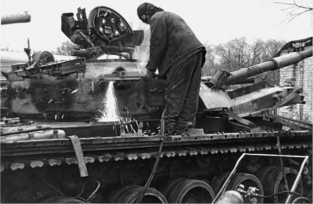 Краснодарский край, Центр ликвидации <a href='https://arsenal-info.ru/b/cat/tanks' target='_self'>бронетанковой техники</a> в станице Кучуевской. Идет разделка последнего танка (это Т-80УД) по договору о сокращении обычных вооруженных сил в Европе. Осень 1995 года.