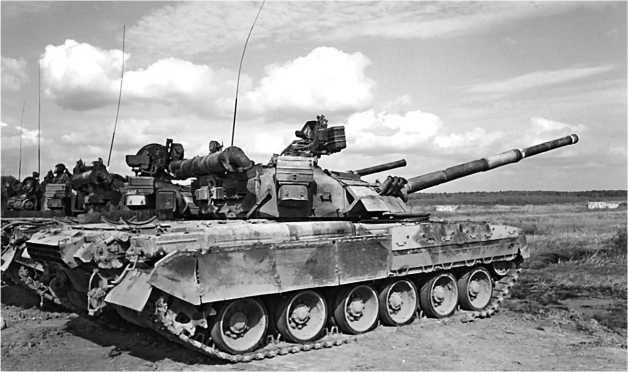 Танки Т-80УД 2-й гвардейской Таманской мотострелковой дивизии во время боевых стрельб. Полигон в Головеньках, 6 сентября 2001 года.