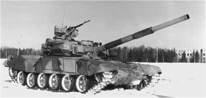 Танк Т-90 на полигоне в Кубинке. На бортах этого танка установлено по четыре блока динамической защиты.