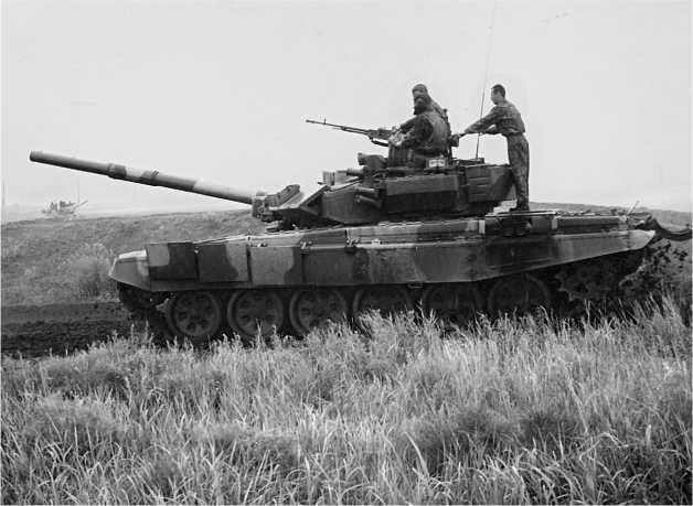 Танк Т-90C на выставке ВТТВ «Омск-99». На этой машине установлена сварная башня и двигатель В-92С2.