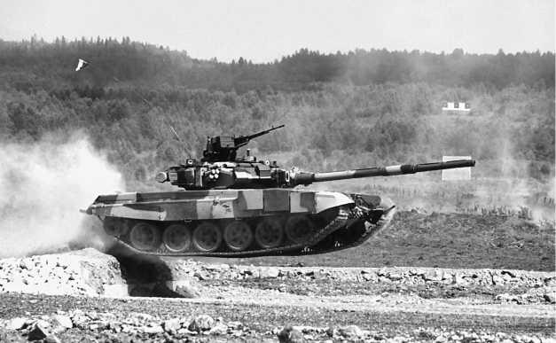 Танк Т-90C в прыжке. Нижний Тагил, 2000 год.