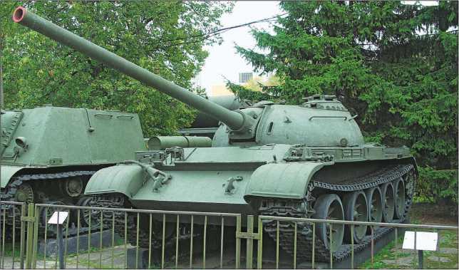 Средние танки Т-54-1 и Т-54-3 в экспозициях музея Дальневосточного военного округа (вверху) и Центрального музея Вооруженных сил (внизу).