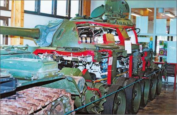 Учебный, так называемый «разрезной» танк Т-54 демонстрируется в финском танковом музее в Пароле. Подобные машины широко использовались для подготовки личного состава и в Советской Армии.