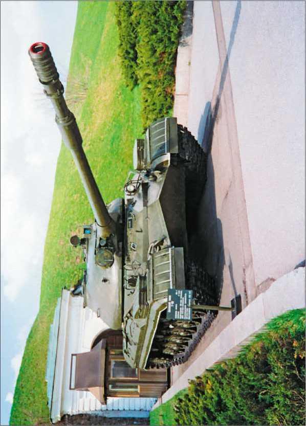 Тяжелый танк Т-10М в Музее Великой Отечественной войны в Киеве.