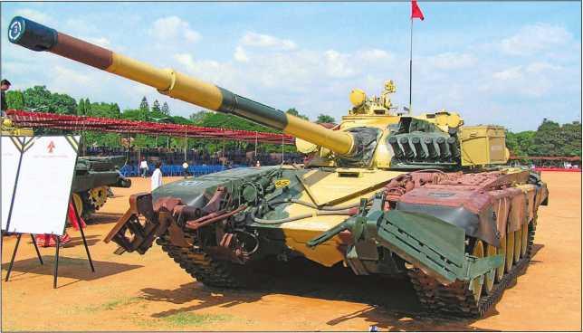 Танк Т-72М1 индийского производства. На машине установлен колейный ножевой <a href='https://arsenal-info.ru/b/book/3660332628/53' target='_self'>минный трал</a> КМТ-6.