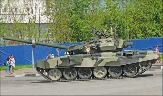 Танки Т-90А возвращаются с парада на Красной площади. Москва, 9 мая 2010 года.