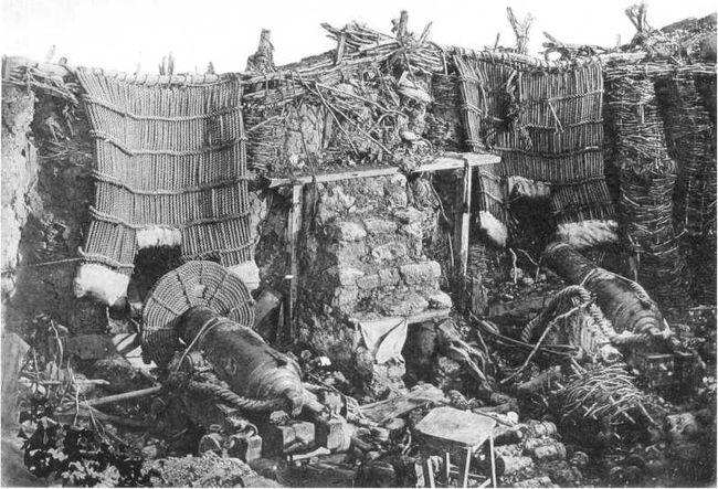 Орудия русской батареи, расположенной позади 3-го бастиона возле Морского госпиталя. Фотография английского художника Джеймса Робертсона. (Фототипия 1893г. из коллекции П.В. Хорошилова).