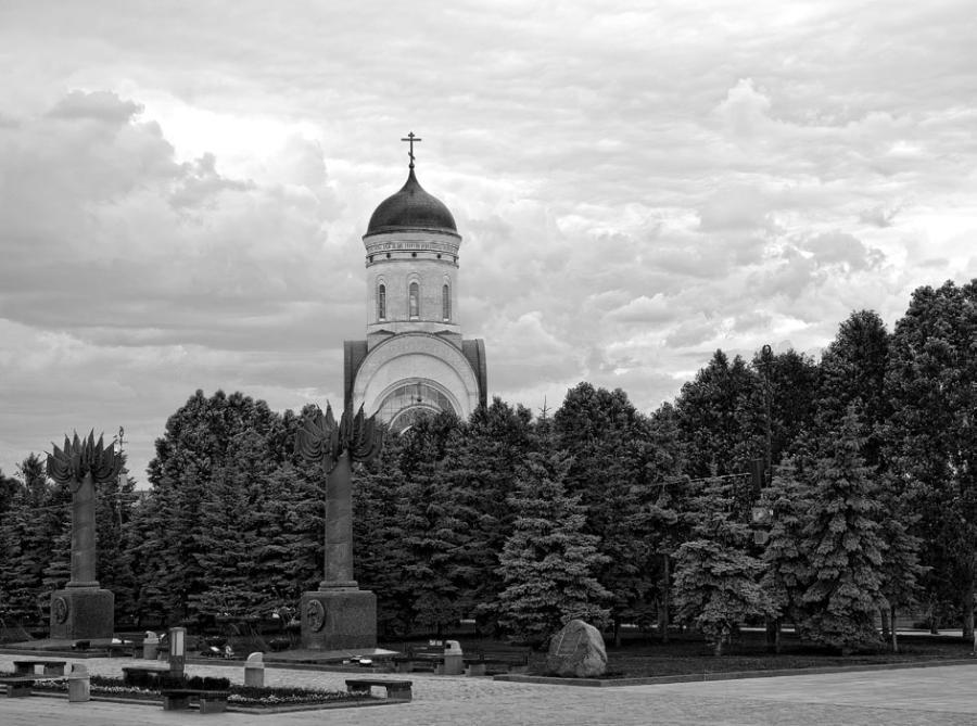 Поклонная гора — в основном срытый пологий холм на западе от центра Москвы, между реками Сетунь и Филька.