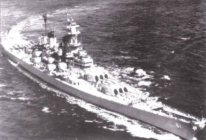 В конце 1952г пришел конец боевой службе линкоров типа «Айова» в водах Кореи. На снимке — «Айова» на подходе к Перл- Харбору, 28 октября 1952г. На крышах обоих носовых башен главного калибра изображен флаг США.