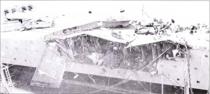 «Жан Бар», общий план и повреждения, причиненные снарядами «Массачусетса». Только одна из двух четырехорудийных башен главного калибра (15 дюймов) была выведена из строя снарядами «Массачусетса», но этого оказалось вполне достаточным. Повреждения корпуса наглядно демонстрируют мощь 16-дюймовых снарядов <a href='https://arsenal-info.ru/b/book/2587171837/1' target='_self'>американского линкора</a>.