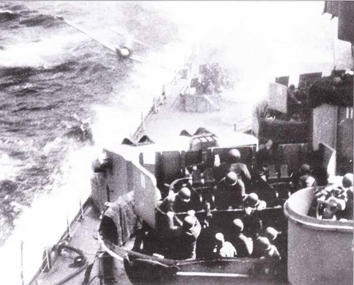 Та же самая атака. «Зеро» заходит на линкор на уровне верхней палубы. На переднем плане — 40- мм Бофорсы.