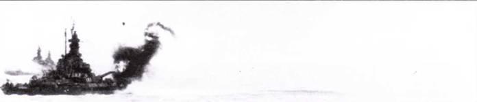 14 июля 1945г. скоростные линкоры обстреляли цели на побережье Янинин, впервые за войну. Вверху: Сталепрокатные заводы в Камаиши под огнем главного калибра линкоров соединения TG34. 8 («Южная Дакота», «Индиана» и «Массачусетс»). В последний военный месяц вице-адмирала Ли на посту командующего линкорными силами сменил контр-адмирал Джон Шафрот.