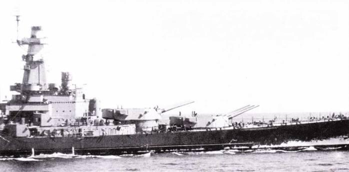«Северная Каролина» не долго плавала, будучи окрашенной по схеме Ms. I. Ее перекрасили по схеме Ms. 12 с фальшивым буруном Ms. 5 — необычная комбинация. На линкоре установлен радиолокатор СХАМ-1. Хорошо виден главный дальномер Mk 38.