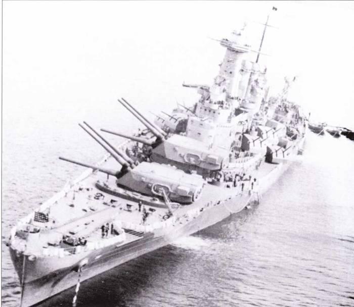 «Вашингтон» на якоре в Хвальфьорде, Исландия, июнь 1942г. В июне 1942г. линкор базировался на Исландии, а не в Скапа-Флоу, как это часто утверждается. Помимо обзорного радиолокатора СХАМ-1 корабль оснащен РЛС управления огнем FD. Линкор покрашен по схеме Ms. 12 (Mod.).