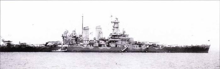 Снимок линкора «Северная Каролина» сделан с самолета авианосца «Уосп» во время битвы у Соломоновых островов. Корабль окрашен по схеме Ms. 12 (Mod.) в уникальном варианте. Штат но все горизонтальные поверхности полагалось окрашивать в цвет Deck Blue, но «Северная Каролина» была покрашена извилистыми полосами светлого цвета (предположительно Haze Gray) по контуру палубы с целью создания иллюзии корабля меньших размеров.