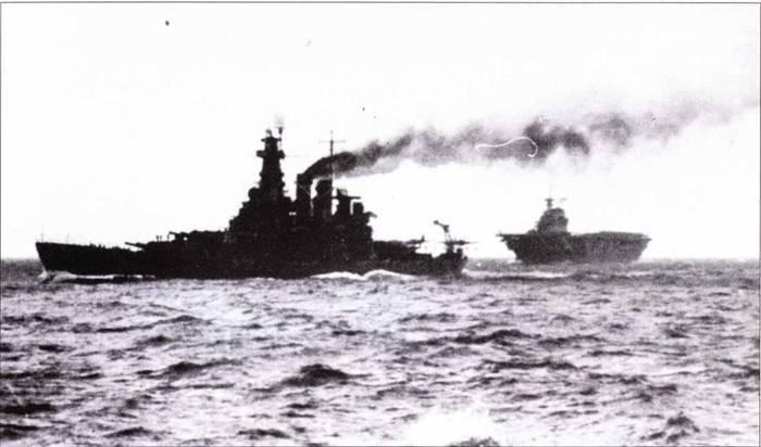 В Атлантике наряду с другими новейшими американскими кораблями действовала «Северная Каролина». На заднем плане — авианосец «Хорнет», январь 1942г. «Хорнет» ушел из Атлантики на Тихий океан раньше «Северной Каролины». Линкор и авианосец вновь встретились при Гуадалканале в сентябре 1942г., когда «Северная Каролина» вошла в состав боевого охранения «Хорнета».