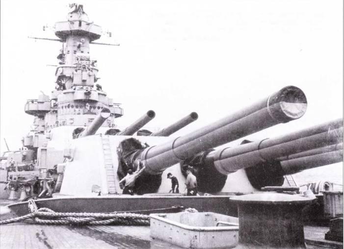 Где-то в начале 1945г. «Северная Каролина» была перекрашена по схеме Ms. 22, которую «носила» до завершения своей карьеры. Моряки красят стволы пушек по контртеневой схеме — темный верх, светлый низ, июль 1945г.