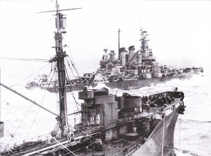 «Вашингтон» сфотографирован с борта танкера «Наскасакия» у берегов Окинавы, 5 апреля 1945г. За последний военный год внешний облик линкора изменений не претерпел.
