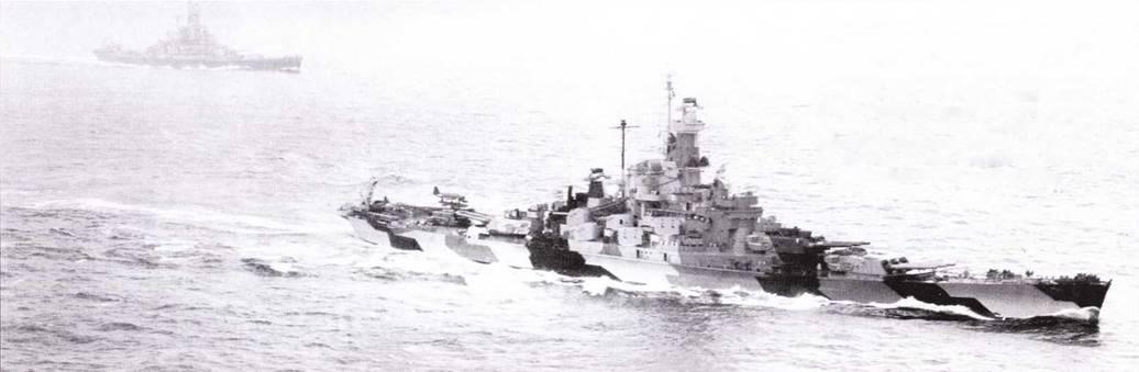 Подобно «Южной Дакоте», в середине войны «Индиана» была покрашена по разрушающей камуфляжной схеме Ms. 32, в тот период данная схема окраски пользовалась большой популярностью. Если схема Ms. 21 маскировала корабль при взгляде сверху (пока корабль не начинал проецироваться па фоне неба), то схема Ms. 22 маскировала шипы от нескромных взглядов обитателей подводных лодок (стандартная «атлантическая» схема окраски середины 1942г.