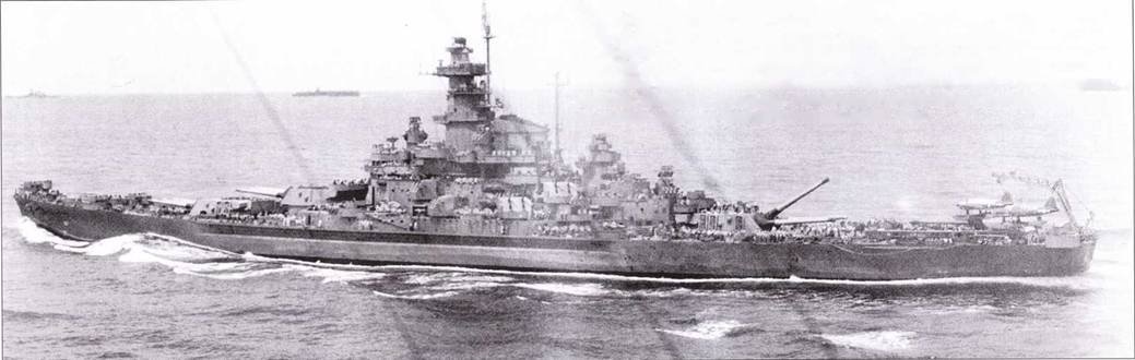 «Южная Дакота» в период высадки на Маршалловы острова, 25 января 1944г. Корабль всю войну прошел, будучи окрашенным по схеме Ms. 21. Радиолокационное оборудование «Южной Дакоты» — почти как у «Индианы». Ни башенноподобной надстройке сохранились антенна РЛС SG, которой линкор был оснащен изначально. «Южная Дакота» строилась как флагманский корабль с надстройкой большего объема, полному на ней, в целях экономии массы для увеличенной надстройки, отсутствуют средние башни с 5-дюймовыми пушками, которые имелись на двух других линкорах данного типа.