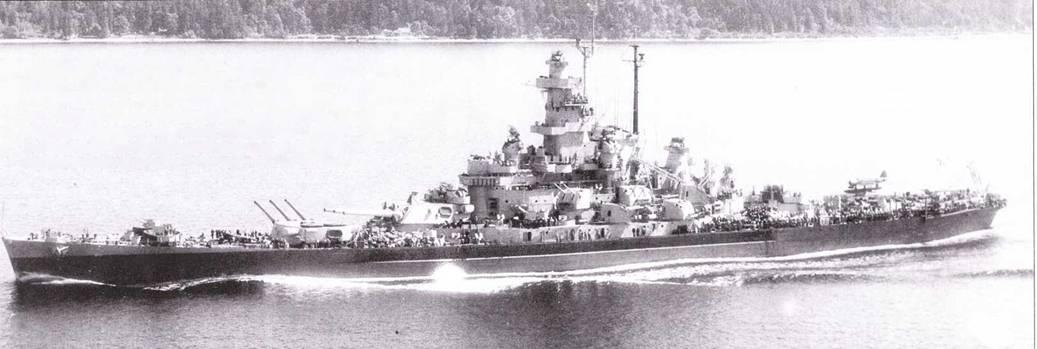 Завершивший ремонт в Пуге-Саунд «Массачусетс» сфотографирован у берегов Порт-Вилсона 11 июля 1944г. Радиолокационное оборудование линкора модернизировано по типу «Индианы», за исключением РЛС FD, взамен которой на пеленгаторе Mk 37 установлена более совершенная радиолокационная станция Mk 12/22. В ходе ремонта в значительной степени была увеличена зенитная артиллерия корабля, в частности поставили не менее 18 счетверенных 40-мм Бофорсов.