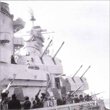 Плавучая <a href='https://arsenal-info.ru/b/book/446510402/185' target='_self'>зенитная батарея</a>! Моряки «Айовы» визуально сканируют воздушное пространства в поисках самолетов противника, май 1943г. В кадр попали все три калибра зенитной артиллерии линкора: 20мм, 40мм, 127мм. Легкие 20-мм Эрликоны подвергались критике за слабую эффективность, особенно против камикадзе, которые требовалось обязательно уничтожить, а не повредить. Популярностью пользовались 40-мм Бофорсы, снаряды которых весили почти вдвое больше снарядов Эрликонов, один такой снаряд нередко уничтожал самолет-камикадзе. Чрезвычайно удачными получили универсальные 127-мм пушки с длинной ствола в 38 калибров, особенно после установки их в двухорудийные башни. Эти орудия после окончания Второй мировой войны длительное время состояли на вооружении ВМС США. После окончания войны с линкоров сняли сначала все Эрликоны, а потом и Бофорсы. После Корейской войны на линкорах из ствольного зенитного вооружения сохранились только 127-мм пушки.