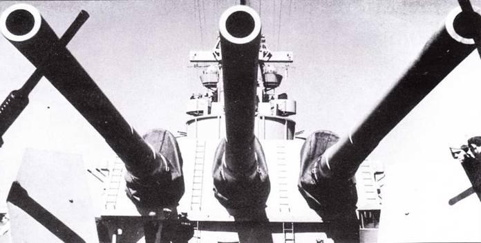 Главный калибр линкора «Айова» — три орудия 16 дюймов/50 калибров в одной башне. Пушка выстреливала бронебойный снаряд массой более тонны на расстояние более 21 морской мили.