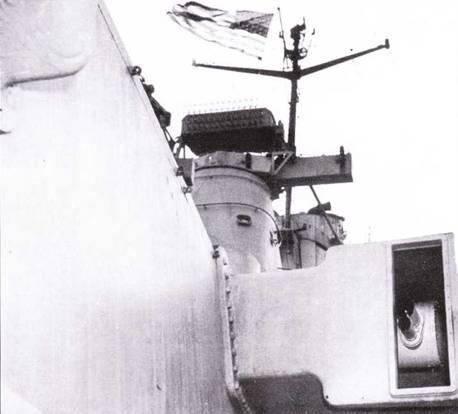 Мощь главного калибра «Айов» практически не нашла применения и ходе боевых действий на Тихом океане. Главный калибр «Айов» имел централизованную систему управления огнем, но при необходимости прицеливание каждой башни могло выполняться индивидуально. Каждая башня главного калибра была оснащена своим оптическим дальномером и пеленгатором. Оптические приборы управления огнем не обеспечивали прицельной стрельбы на полную дальность, такими возможностями обладал радиолокатор FH. На снимке — окно оптического дальномера башни главного калибра Ли 3 линкора «Айова», выше — пеленгатор Mk. 38, выше — антенны РЛС FH и SG.