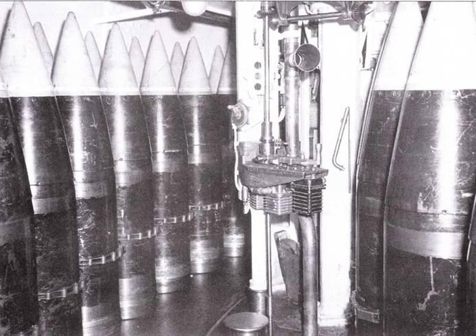 Снаряды калибра 16 дюймов хранились в двух уровнях в барбете башни главного калибра. Снаряды подавались в башню и укладывались на ложементы пушек будучи подвешенными ни цепях. Один снаряд весил 2700 фунтов. В башню снаряды подивились посредством трех лебедок, по одной лебедке на орудие.